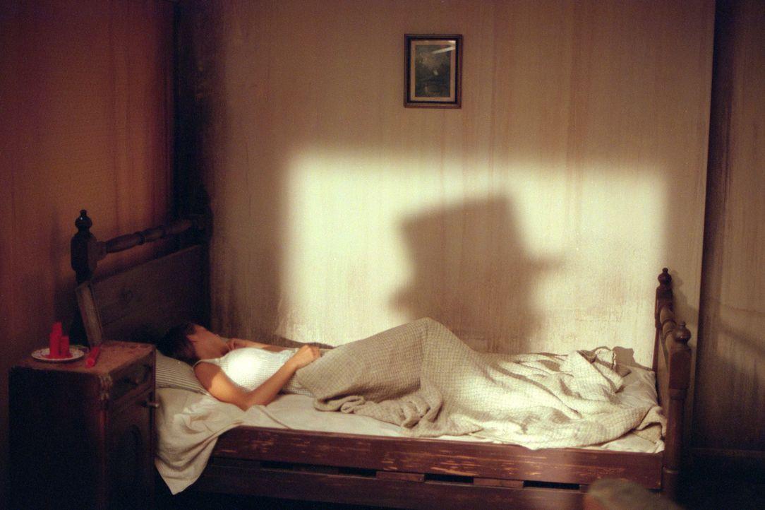 Bei Inspector Frederick Abberline fühlt sich Mary Kelly (Heather Graham) sicher und geborgen. Nach den Morden von Jack the Ripper, ist keine Frau n... - Bildquelle: 2001 Twentieth Century Fox Film Corporation. All rights reserved.