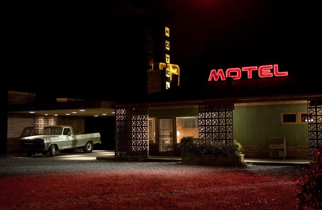 Amy und David Fox befinden sich auf dem Heimweg, als der Wagen wegen eines Schadens liegen bleibt.  Sie checken in einem schäbigen Motel ein, desse... - Bildquelle: 2007 CPT Holdings, Inc. All Rights Reserved. (Sony Pictures Television International)