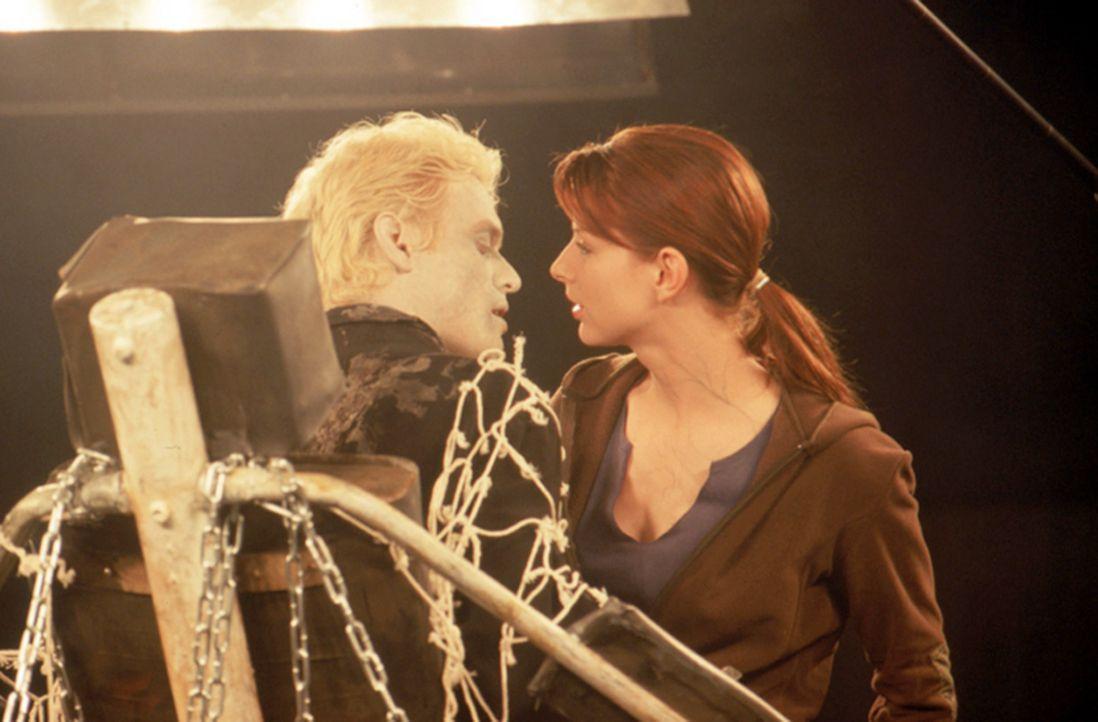 Trotz seiner prekären Lage, scheut Dracula (Stephen Billington, l.) nicht davor zurück, mit der hübschen Studentin Elizabeth Blaine (Diane Neal,... - Bildquelle: Neo Art & Logic