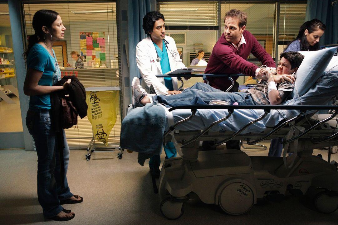 Cooper (Paul Adelstein, M.) und Dr. Singh (Ajay Vidure, l.) behandeln Zack (Aaron Sanders, 2.v.r.), einen autistischen Jungen, dessen Mutter Sydney... - Bildquelle: ABC Studios