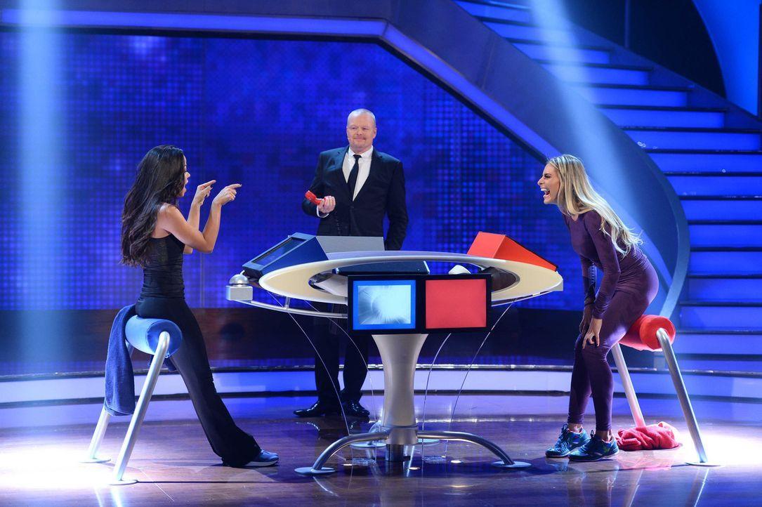 Wenn Stefan Raab (M.) zum Duell ruft, warten spannende Spiele auf Fernanda Brandao (l.) und Sophia Thomalla (r.) ... - Bildquelle: Willi Weber ProSieben