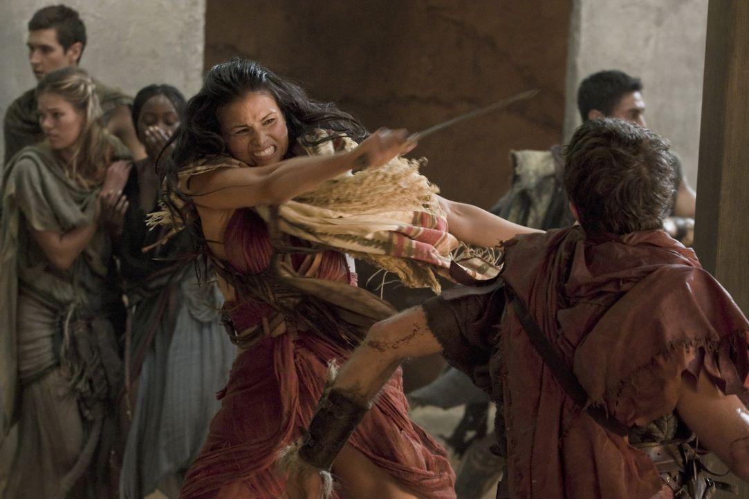 Kann auch mal grob werden, wenn das Leben ihres Freundes in Gefahr ist: Mira (Katrina Law) ... - Bildquelle: 2011 Starz Entertainment, LLC. All rights reserved.