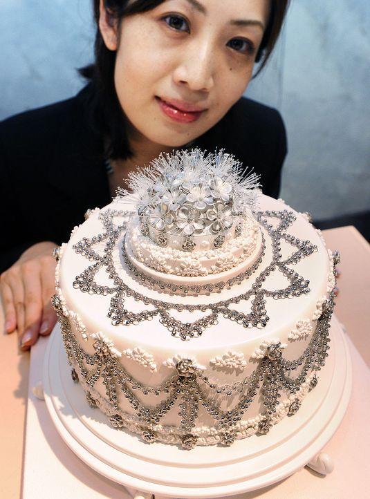 Hochzeitstorte-Platinschmuck-dpa - Bildquelle: AFP