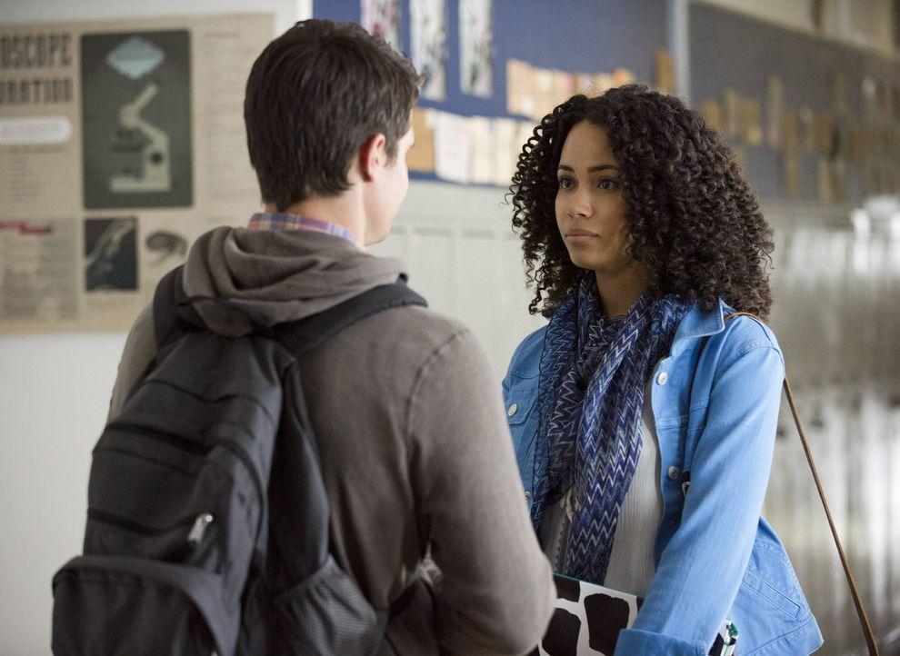 Noch glaubt Astrid (Madeleine Mantock, r.), dass Stephen (Robbie Amell, l.) einfach nur etwas seltsam ist ... - Bildquelle: Warner Bros. Entertainment, Inc