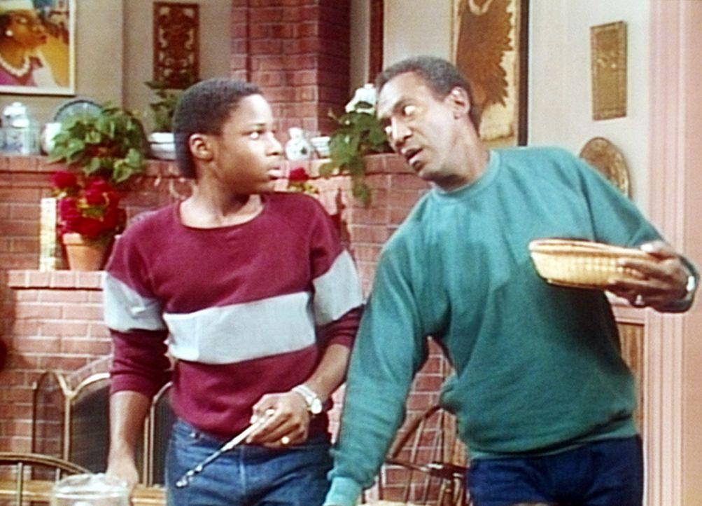 Theo (Malcolm-Jamal Warner, l.) kann die geliehenen fünf Dollar nicht zurückzahlen. Also verurteilt ihn Cliff (Bill Cosby, r.) zur Küchenarbeit. - Bildquelle: Viacom