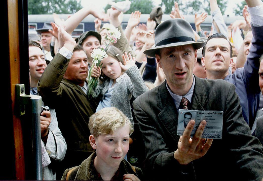 Mit einem kleinen Trick verschafft Richard Lubanski (Peter Lohmeyer, r.) sich und seinem Sohn Matthias (Louis Klamroth, l.) Einlass in den Weltmeist... - Bildquelle: Senator Film
