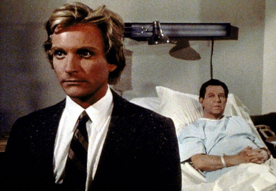 Rhett Clark (Eric Douglas, l.) und sein Vater Jackie (Donald O'Connor, r.) treten in einem gemeinsamen Stück über einen Vater-Sohn-Konflikt auf. - Bildquelle: Worldvision Enterprises, Inc.