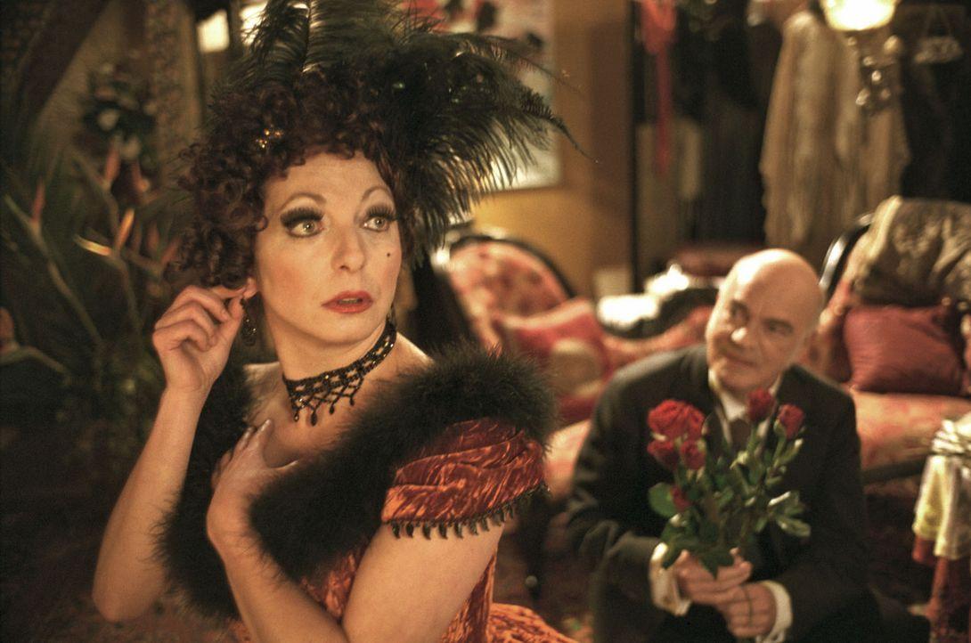 Carl Bloom (Peer Jäger, r.) überrascht seine angebetete Greta (Manon Straché, l.) in ihrer Garderobe und macht ihr einen Heiratsantrag. - Bildquelle: Aki Pfeiffer Sat.1