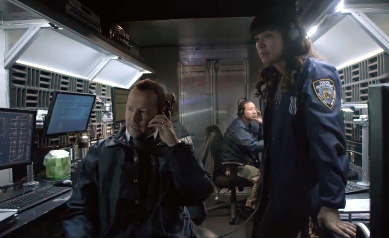Danny (Donnie Wahlberg, l.) und Baez (Marisa Ramirez, r.) lassen Lucas verwanzen, damit er den Mörder des Fernsehkochs endlich zum Reden bringt. Er... - Bildquelle: 2014 CBS Broadcasting Inc. All Rights Reserved.