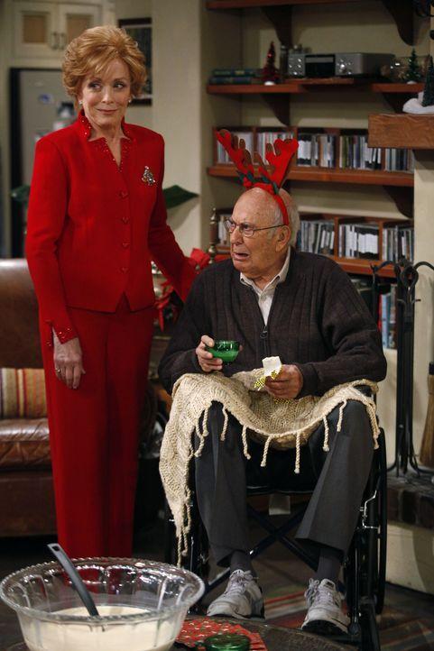 Evelyn (Holland Taylor, l.) taucht mit einem alten Rollstuhlfahrer (Carl Reiner, r.) auf, von dem sie sich ein gutes Immobiliengeschäft erhofft, we... - Bildquelle: Warner Brothers