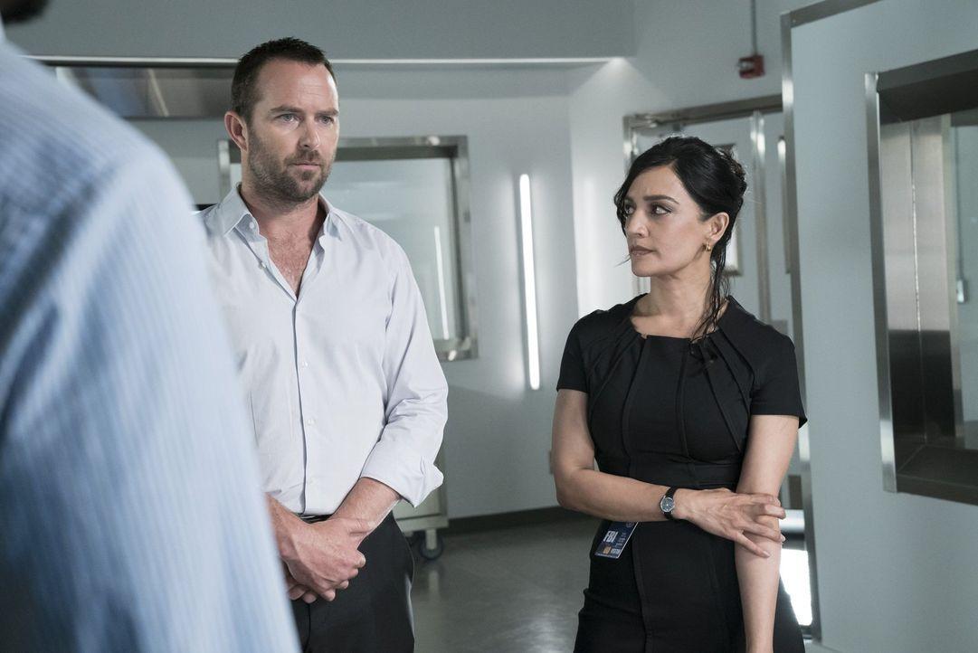 Kann NSA-Agentin Nas Kamal (Archie Panjabi, r.) Weller (Sullivan Stapleton, l.) dazu bringen, wieder mit Jane, von der er sich total verraten fühlt,... - Bildquelle: Warner Brothers