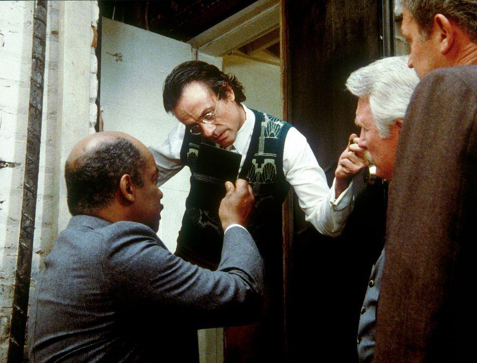 Billy (Mel Stewart, l.) versucht den Mittelsmann Keene (Terry Kiser, 2.v.l.) zur Mitarbeit für den Geheimdienst zu bewegen. - Bildquelle: CBS Television
