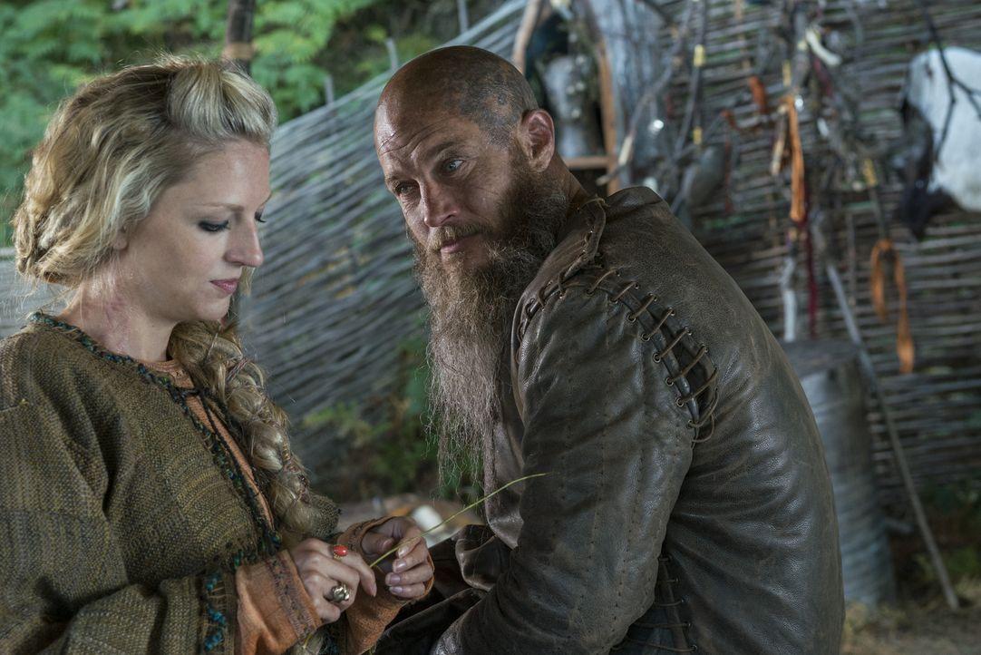 Helga (Maude Hirst, l.) und die anderen sind überrascht, als Ragnar (Travis Fimmel, r.) plötzlich in Kattegat auftaucht. Doch wie werden sie zu ihm... - Bildquelle: 2016 TM PRODUCTIONS LIMITED / T5 VIKINGS III PRODUCTIONS INC. ALL RIGHTS RESERVED.
