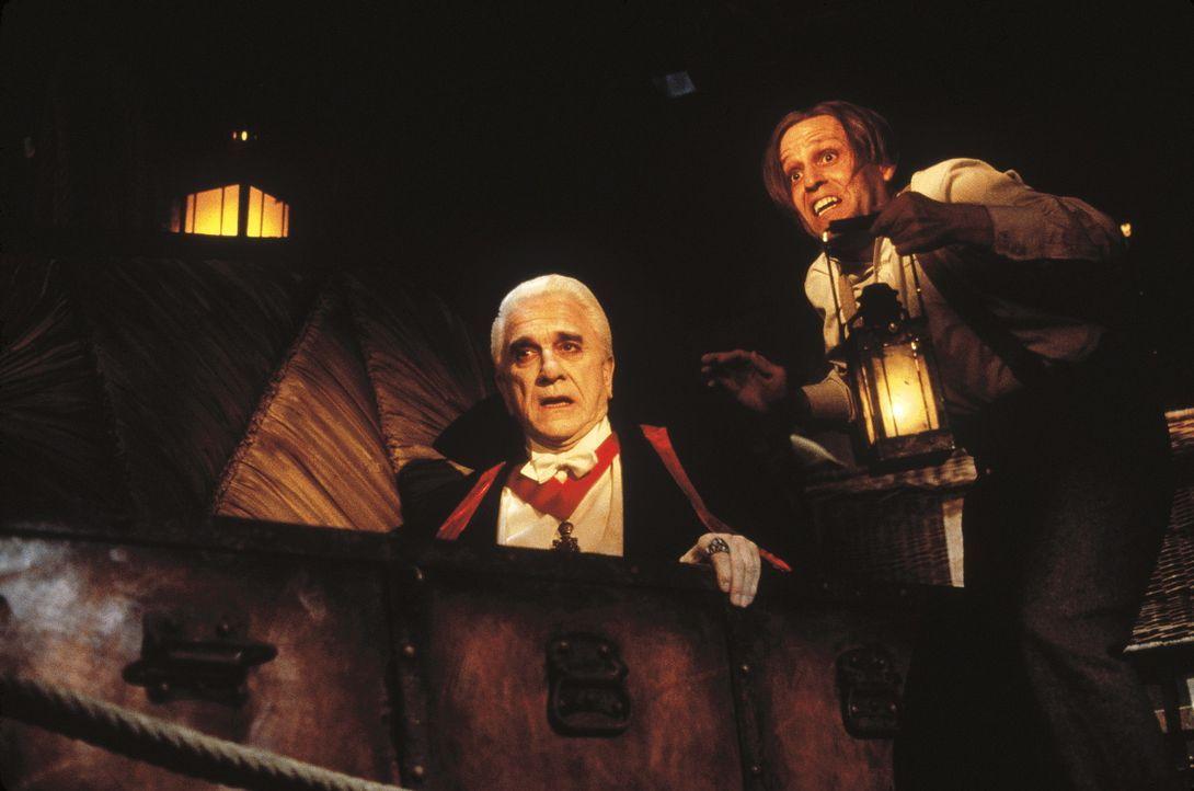 Dracula (Leslie Nielsen, l.) und sein Assistent Renfield (Peter MacNicol, r.) sind bekanntlich überaus nachtaktiv ... - Bildquelle: CASTLE ROCK ENTERTAINMENT