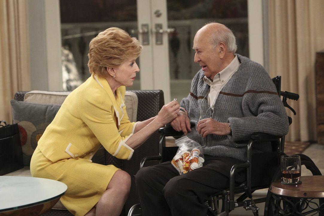 Ein Herz und eine Seele: Wenn es um Marty (Carl Reiner, r.) geht, vergisst Evelyn (Holland Taylor, l.) sogar ihren Zynismus und kümmert sich liebevo... - Bildquelle: Warner Brothers Entertainment Inc.