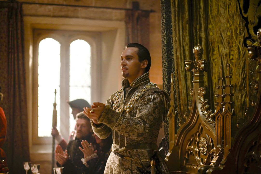König Henry VIII. (Jonathan Rhys Meyers) stellt am Hof seine fünfte Frau, die blutjunge Königin Catherine Howard, vor. Mit ihrer Schönheit und J... - Bildquelle: 2010 TM Productions Limited/PA Tudors Inc. An Ireland-Canada Co-Production. All Rights Reserved.