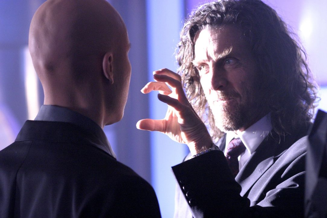 Während Pete von einem FBI-Agenten entführt wird, wird Lex (Michael Rosenbaum, l.) von der Polizei gebeten, gegen Lionel (John Glover, r.) auszusage... - Bildquelle: Warner Bros.