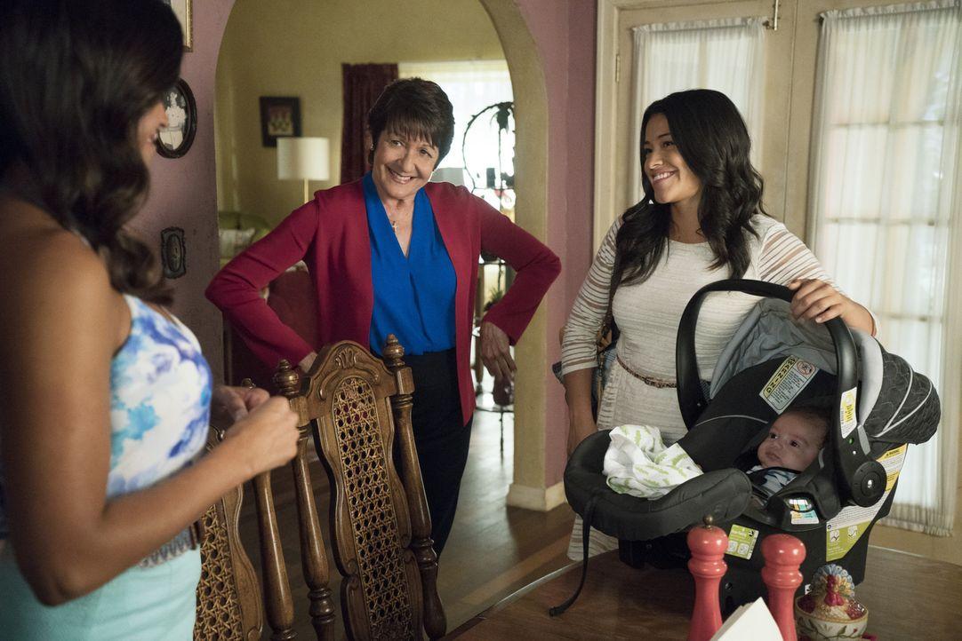 Jane (Gina Rodriguez, r.) ist froh darüber, dass Alba (Ivonne Coll, M.) die Voraussetzungen erfüllt, die amerikanische Staatsbürgerschaft anzunehmen... - Bildquelle: Michael Desmond 2015 The CW Network, LLC. All rights reserved.