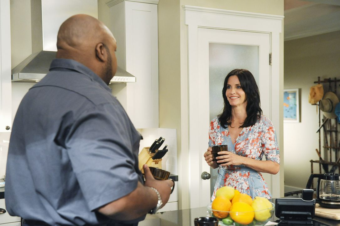 Gerald (Windell D. Middlebrooks, l.), der Fliesenleger, glaubt, dass Jules (Courteney Cox, r.) die Gabe hat anderen Menschen zu helfen, weil sie seh... - Bildquelle: 2009 ABC INC.