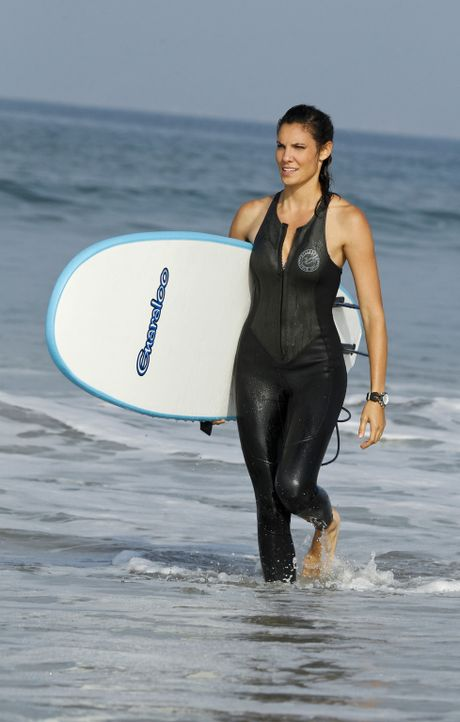 Ermittelt verdeckt in der Surfer-Gemeinschaft: Kensi (Daniela Ruah) ... - Bildquelle: CBS Studios Inc. All Rights Reserved.