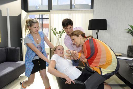 Anna und die Liebe - Als Mia (Josephine Schmidt, r.) mitbekommt, dass Natasch...