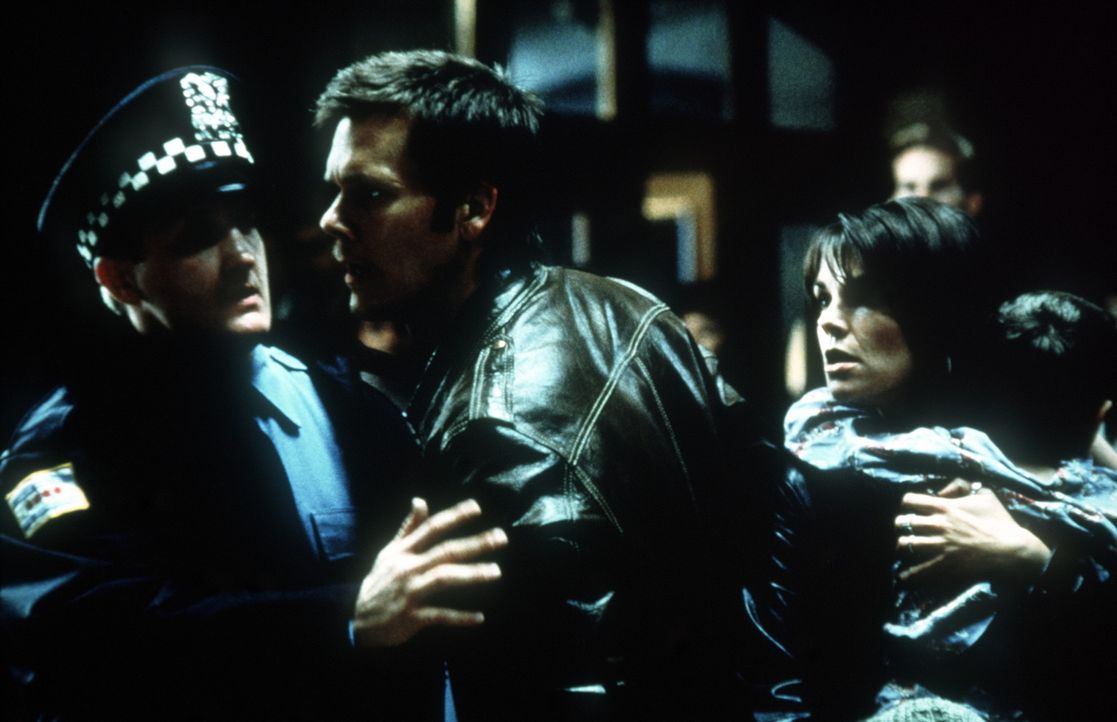 Der Killer heftet sich an Toms (Kevin Bacon, l.) Fersen. Er entführt seinen und Maggies (Kathryn Erbe, r.) Sohn ... - Bildquelle: 20th Century Fox