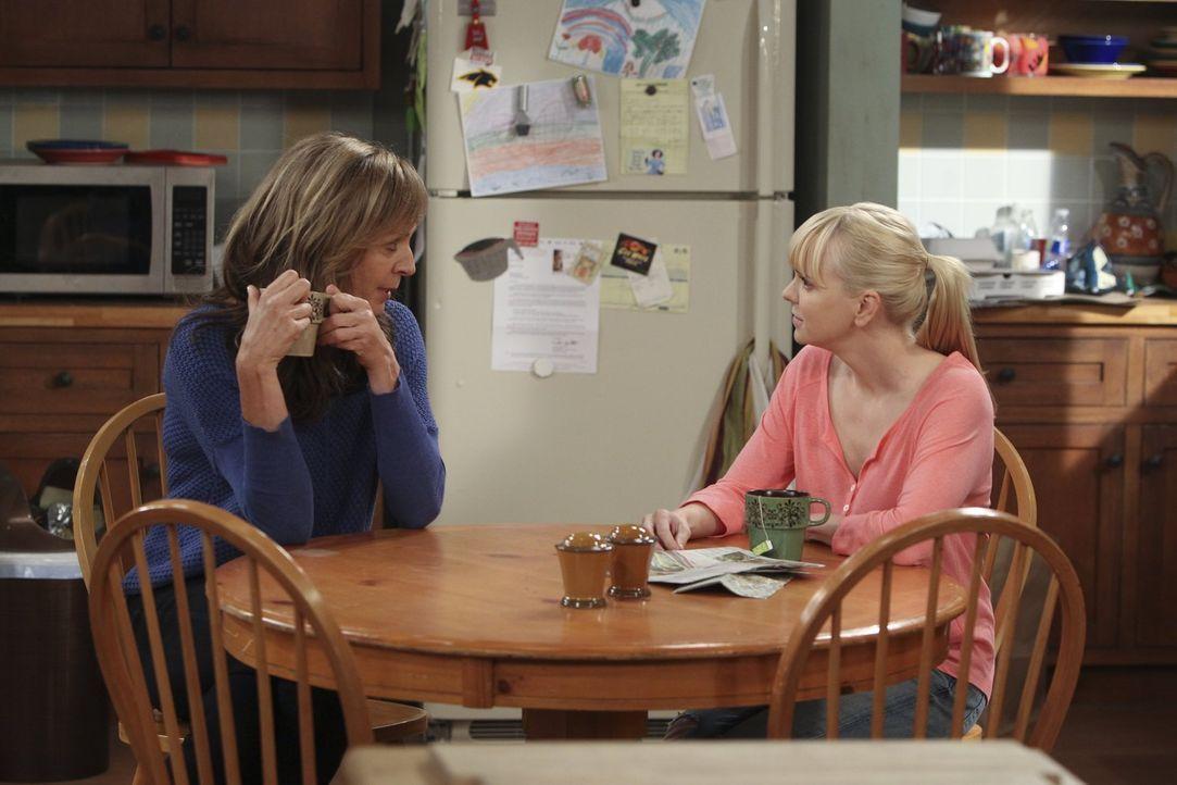 Als Bonnie (Allison Janney, l.) ihrer Tochter Christy (Anna Faris, r.) offenbart, dass sie sie als Baby beinahe an ein kultiviertes jüdisches Ehepaa... - Bildquelle: Warner Brothers Entertainment Inc.