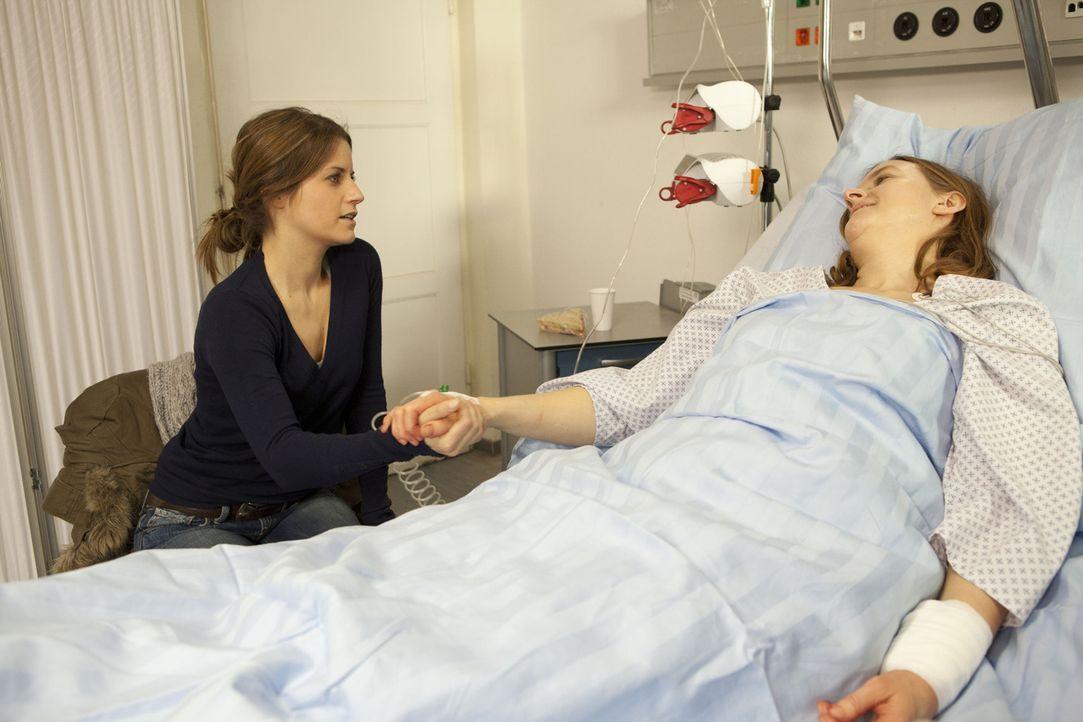 Bea (Vanessa Jung, l.) macht sich sofort auf den Weg ins Krankenhaus, als sie von Gabrieles (Marie Schneider, r.) Selbstmordversuch erfährt. Sie bl... - Bildquelle: SAT.1