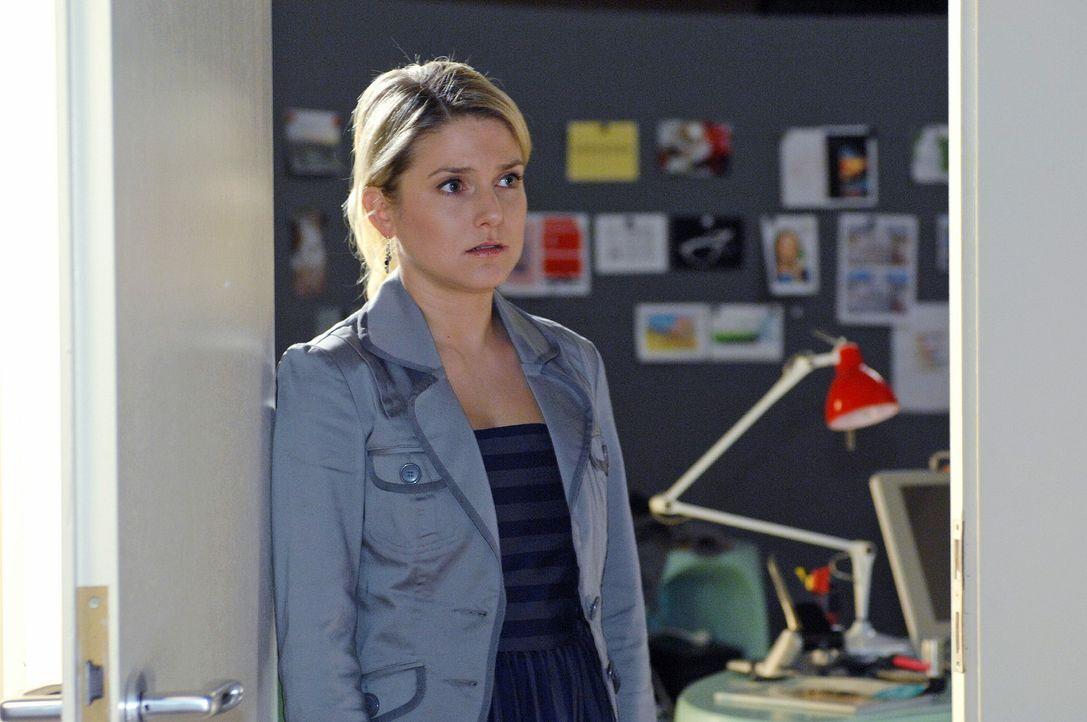 Anna (Jeanette Biedermann) traut ihren Augen nicht, als sie die Tür zu Jonas' Büro öffnet... - Bildquelle: Oliver Ziebe Sat.1