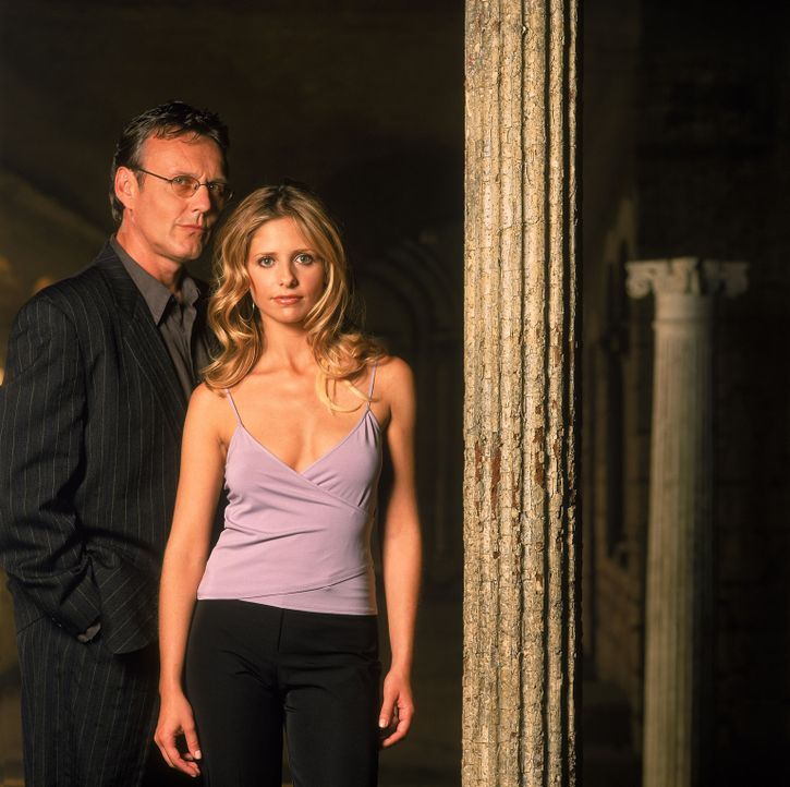 (5. Staffel) - Giles (Anthony Stewart Head, l.) steht Buffy (Sarah Michelle Gellar, r.) stets zur Seite ... - Bildquelle: 2000-2001 Twentieth Century Fox Film Corporation. All rights reserved.