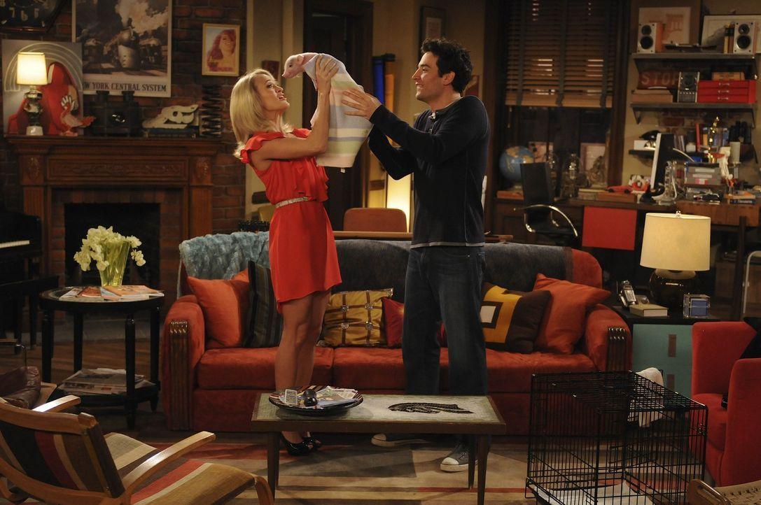 Um bei Tiffany (Carrie Underwood, l.) landen zu können, taucht Ted (Josh Radnor, r.) mit einer ganz besonderen Überraschung bei ihr auf. Doch wird... - Bildquelle: 20th Century Fox International Television