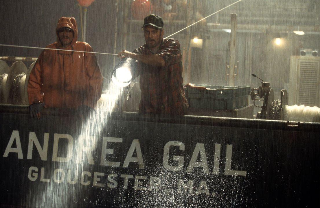 Nachdem er in letzter Zeit keinen großen Fang gemacht hat, zieht es Captain Billy Tyne (George Clooney, r.) mit seiner Crew (Mark Wahlberg, l.) im... - Bildquelle: Warner Bros. Pictures
