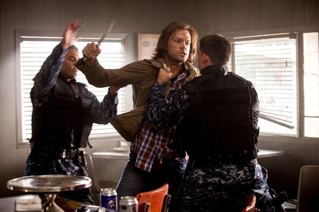 Gerät Sam (Jared Padalecki, M.) tatsächlich in der Fänge von Dämonen oder rettet  der Engel ihm erneut ohne sein Wissen das Leben? - Bildquelle: 2013 Warner Brothers