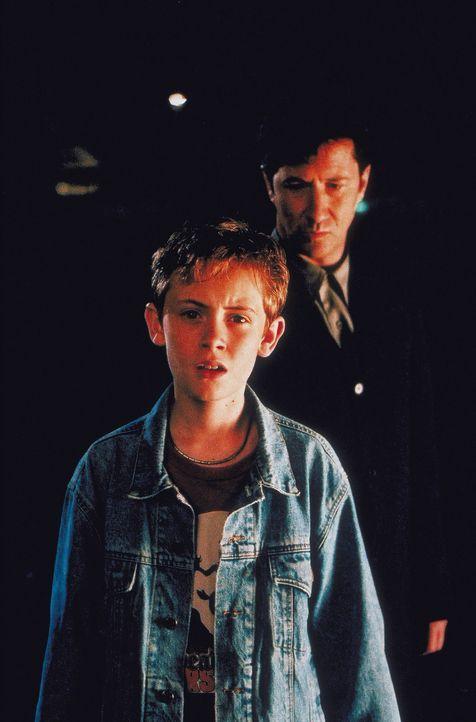 Wird Adam Hansen (Matthew O'Leary, l.) bald bereuen, dass er seiner Mutter ein Blind-Date mit Dimitri Dentatos (Charles Shaughnessy, r.) verschafft... - Bildquelle: Walt Disney Pictures