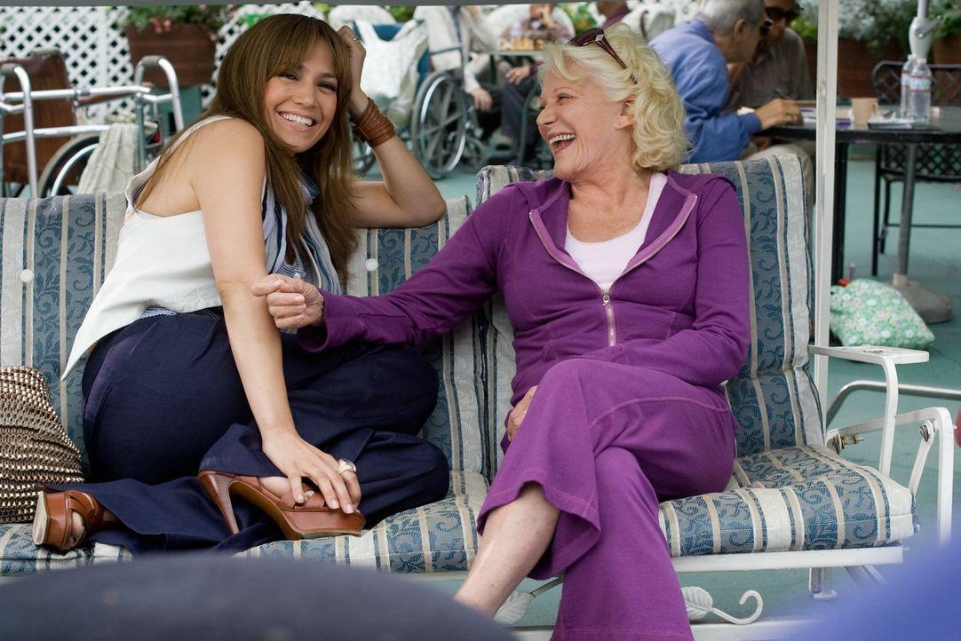 Schon ewig träumt Zoe (Jennifer Lopez, l.) von einer eigenen kleinen Familie und hofft auf die uneingeschränkte Unterstützung ihrer Großmutter N... - Bildquelle: 2010 Concorde Filmverleih GmbH