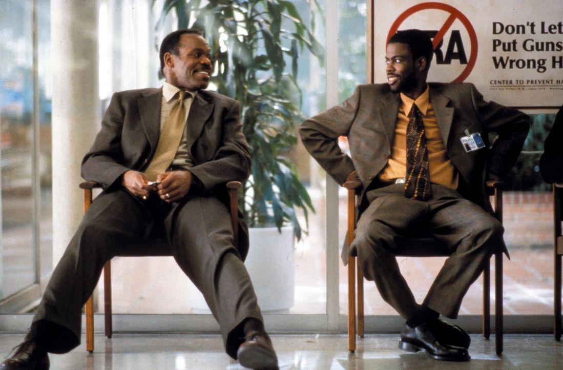 Mischen die chinesische Mafia auf: Roger Murtaugh (Danny Glover, l.) und Lee Butters (Chris Rock, r.) ... - Bildquelle: Warner Bros. Pictures
