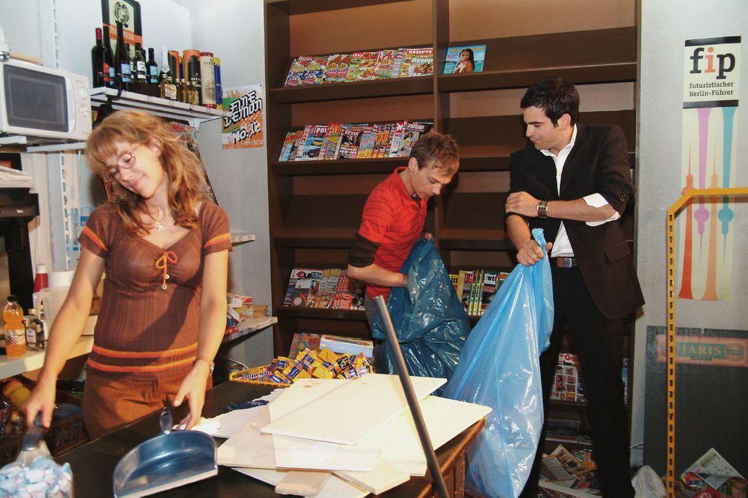 Lisa (Alexandra Neldel, l.) ist überglücklich, als David (Mathis Künzler, r.) Jürgen (Oliver Bokern, M.) hilft, den Kiosk aufzuräumen. (Dieses Foto... - Bildquelle: Monika Schürle Sat.1