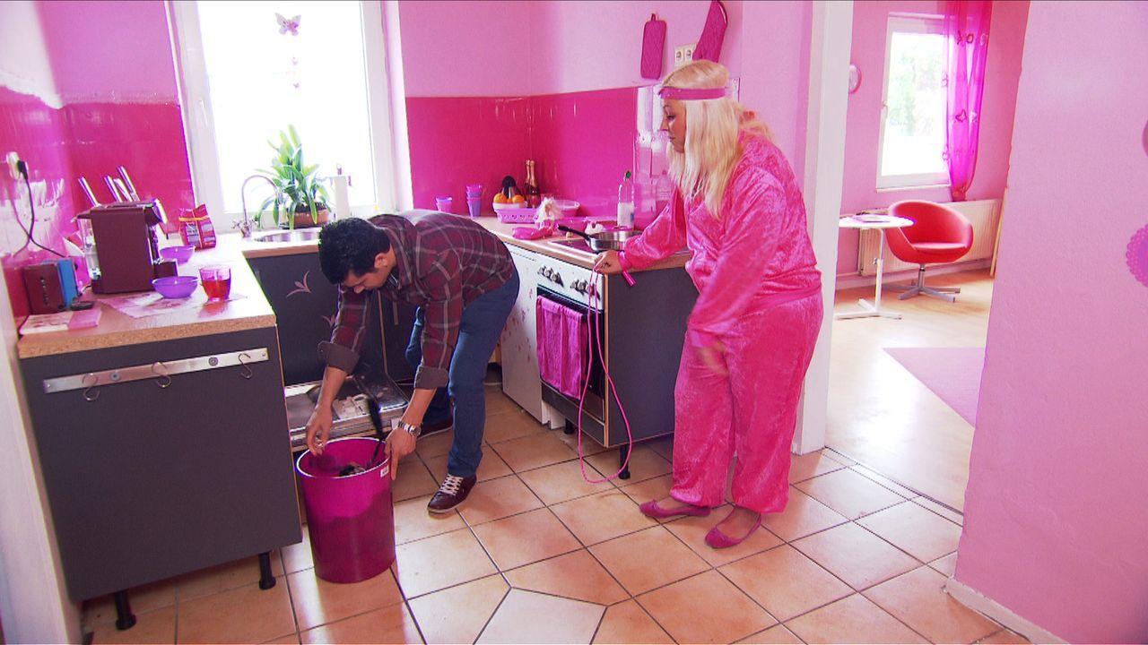In der rosa Wohnung seiner Freundin Stella (r.) fühlt sich Marco (l.) nicht wirklich wohl, doch da stößt er bei ihr auf taube Ohren ... - Bildquelle: SAT.1