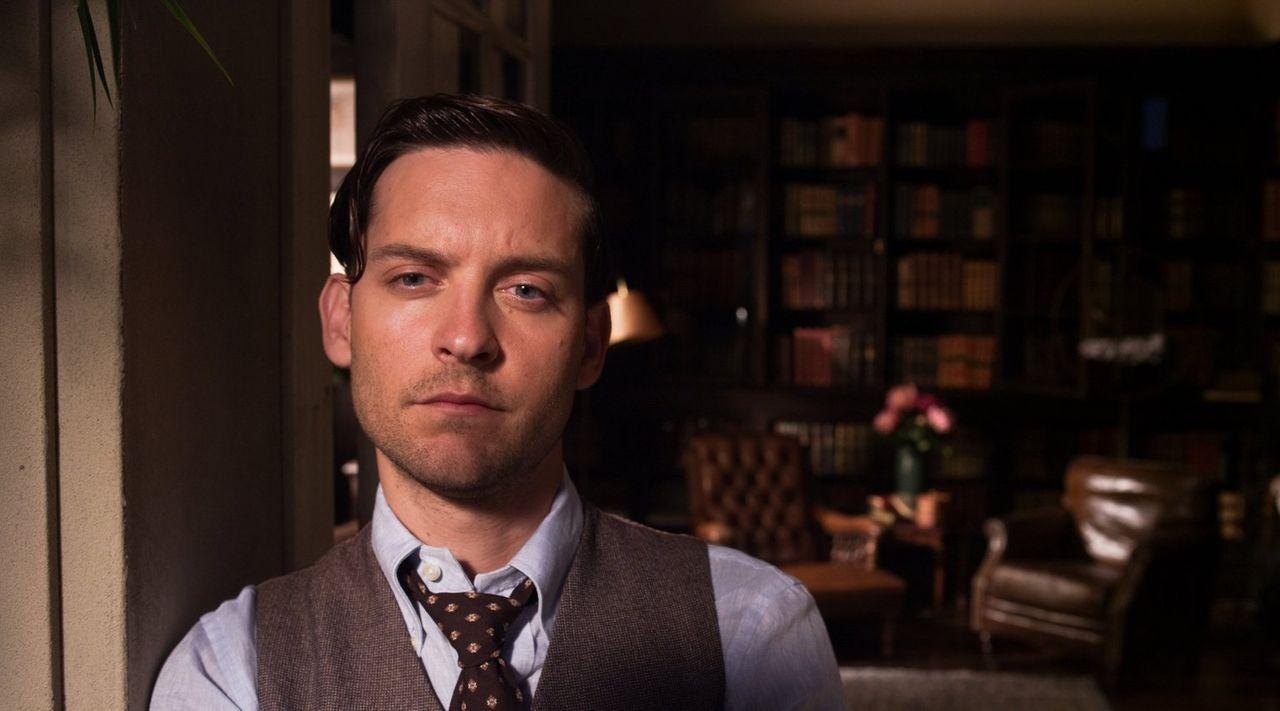 Von schweren Depressionen und seiner Alkoholsucht geplagt, kann sich Nick Carraway (Tobey Maguire) nur an eine ausschlaggebende Figur in seinem Lebe... - Bildquelle: 2012 Warner Brothers