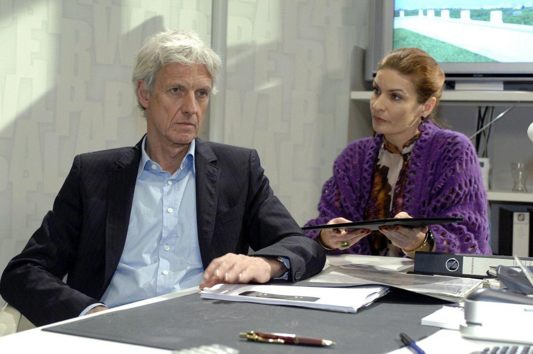Natascha (Franziska Matthus, r.) mimt gegenüber Robert (Mathieu Carrière, l.) die Tröstende. - Bildquelle: Oliver Ziebe Sat.1