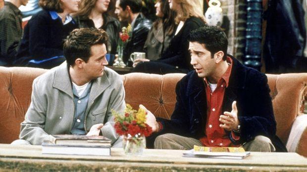 Ross (David Schwimmer, r.) gefällt es nicht, dass Emily immer weg ist. Er fra...