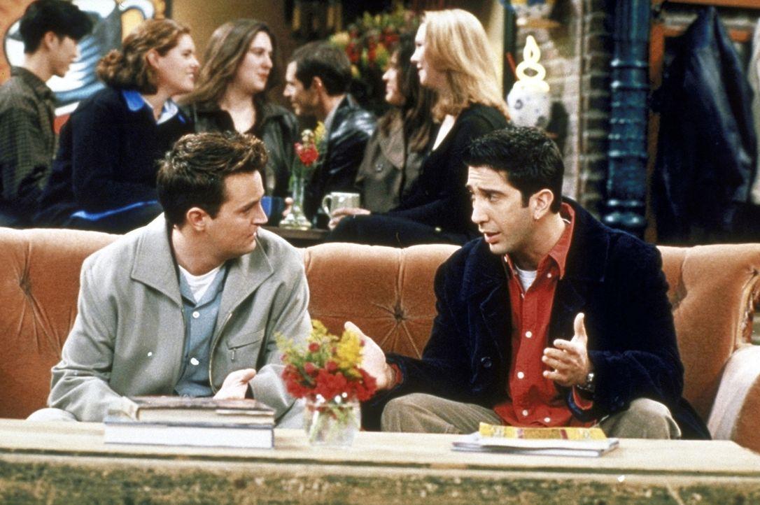 Ross (David Schwimmer, r.) gefällt es nicht, dass Emily immer weg ist. Er fragt Chandler (Matthew Perry, l.) um Rat, ob er sie vielleicht bitten so... - Bildquelle: TM+  2000 WARNER BROS.