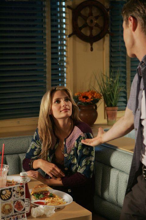 Ryan (Benjamin McKenzie, r.) und Marissa (Mischa Barton, l.) bleibt nicht mehr viel Zeit miteinander bevor Marissa mit ihrer Familie nach Hawaii zie... - Bildquelle: Warner Bros. Television