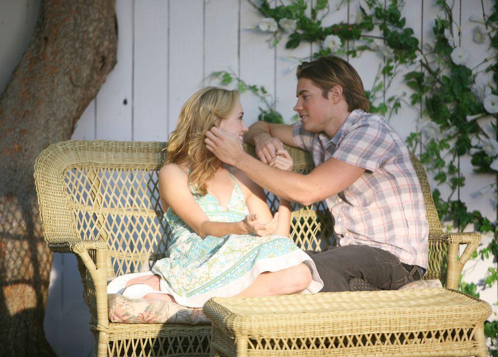 Fühlen sich zueinander hingezogen: Julie (Andrea Bowen, l.) und Austin (Josh Henderson, r.) ... - Bildquelle: 2005 Touchstone Television  All Rights Reserved