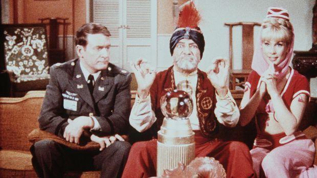 Hadschi lässt Roger (Bill Daily, l.) und Jeannie (Barbara Eden, r.) einen Bli...