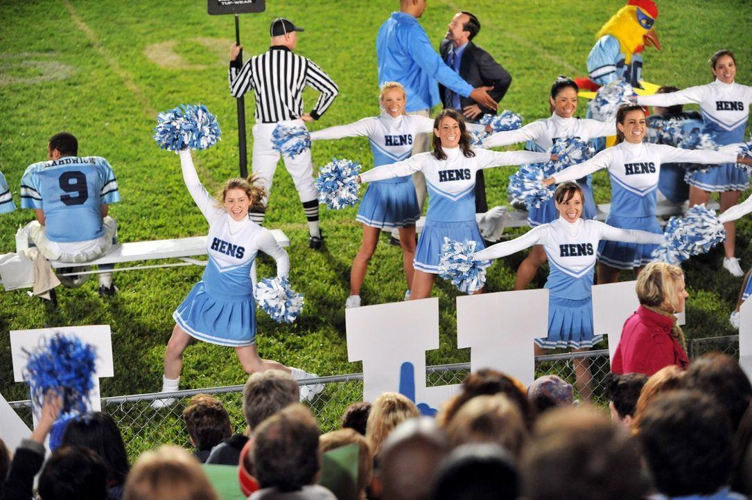 Als Sue (Eden Sher, l.) ihren Eltern erzählt, dass sie Cheerleaderin werden will, sind diese zunächst skeptisch, ist sie doch nicht gerade für ihre... - Bildquelle: Warner Brothers
