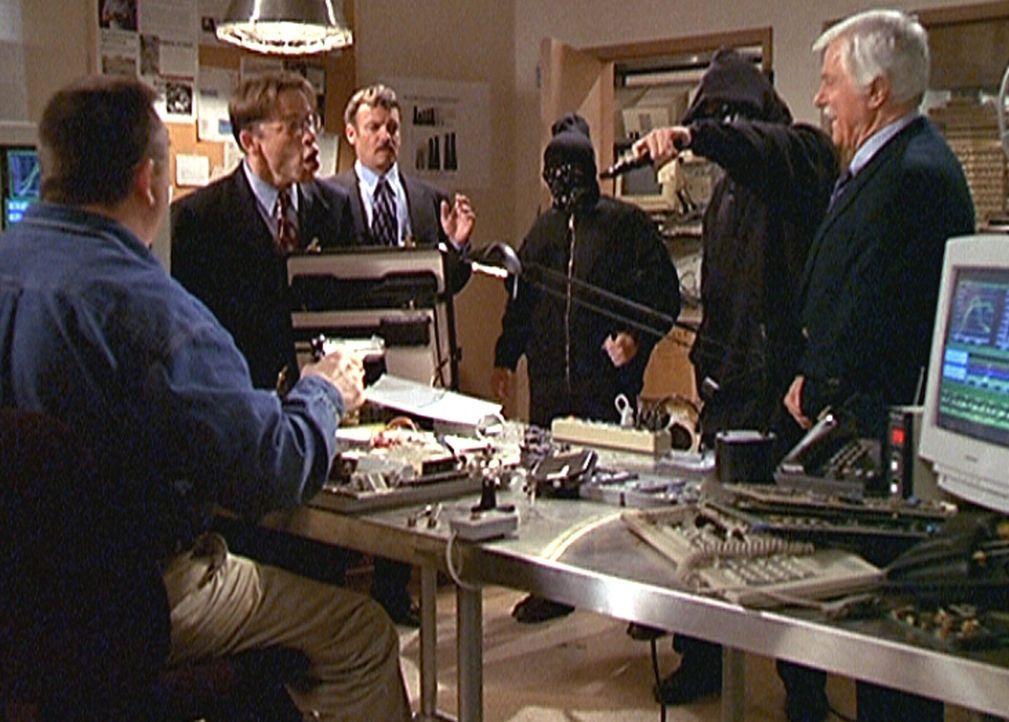 Steve (Barry Van Dyke) und Jesse (Charlie Schlatter) setzen, als Gangster getarnt, die Betrüger Cutler, Eddie (Christopher John Fields, 2.v.l.) und... - Bildquelle: Viacom