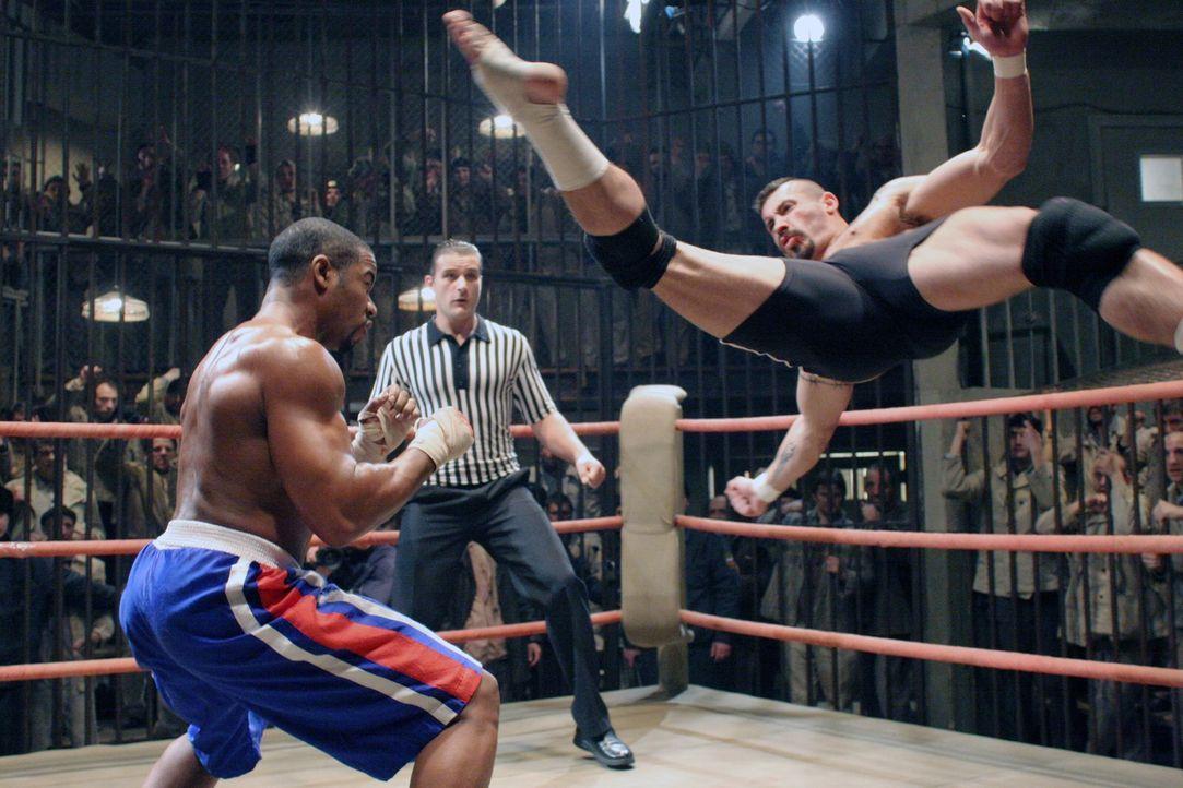 Gezwungen mit dem Champion Yuri Boyka (Scott Adkins, r.) in den Ring zu steigen, versucht Boxer George Chamber (Michael Jai White, l.) eigentlich al... - Bildquelle: Nu Image Films