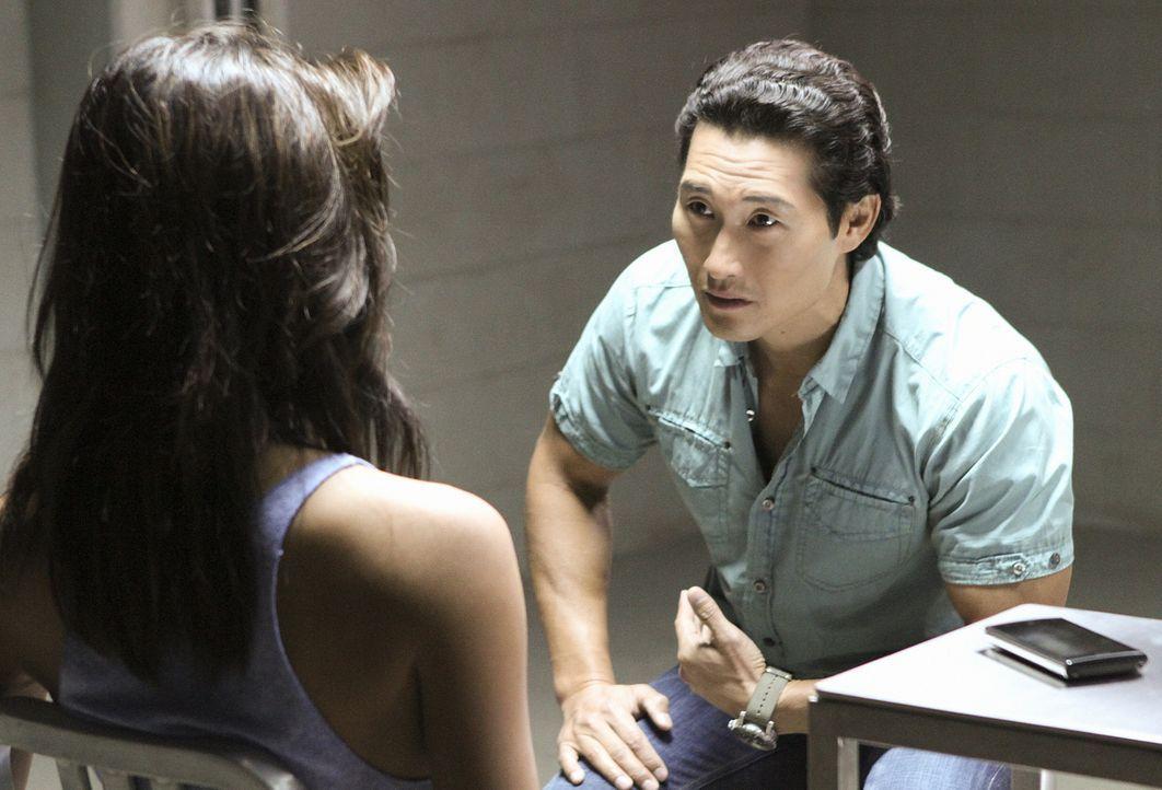 Chin (Daniel Dae Kim, r.) versucht herauszufinden, ob Kono (Grace Park, l.) wirklich mit Gangsterboss Delano unter einer Decke steckt ... - Bildquelle: TM &   CBS Studios Inc. All Rights Reserved.
