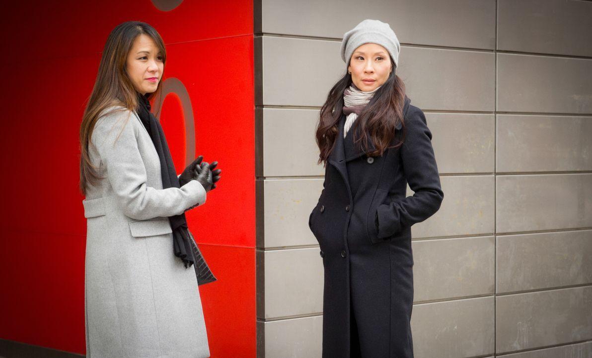 Während Watson (Lucy Liu, r.) damit zurechtkommen muss, dass ihre Klientin Lin Wen (Samantha Quan, l.) ihre Halbschwester ist, werden sie und Holmes... - Bildquelle: Jeff Neira 2016 CBS Broadcasting Inc. All Rights Reserved.